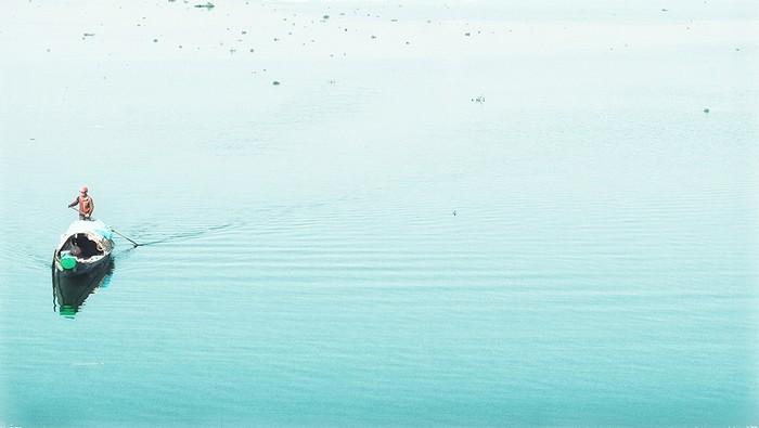 Huế không sôi động mà lặng lẽ thâm trầm, thích hợp với những người yêu thiên nhiên, lịch sử và văn hóa. Ngoài ra, Huế vẫn có cả sông suối, núi rừng lẫn biển để dân du lịch thỏa sức khám phá.