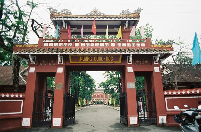 Quốc học Huế cũng là một địa điểm sẽ để lại trong lòng bạn nhiều ấn tượng. Tọa lạc bên dòng sông Hương thơ mộng, Quốc học Huế được xây dựng dưới thời vua Thành Thái (1896) với diện tích 4.237 m2.