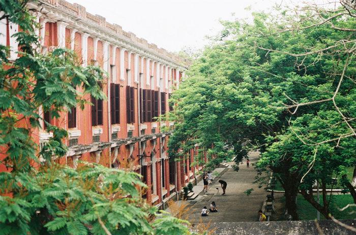 Trải qua thăng trầm của thời gian, nhiều dãy phòng học vẫn mang đậm kiến trúc đặc trưng Pháp với màu sắc, hoa văn trang trí, cửa chính cũng như những ô cửa phụ.