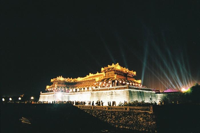 Sẽ không gọi là tới Huế nếu bạn chưa ghé thăm Kinh thành Huế. Công trình cổ kính nằm ở bờ bắc sông Hương, được xây dựng theo phong cách của phương Tây kết hợp tài tình với kiến trúc thành quách phương Đông.
