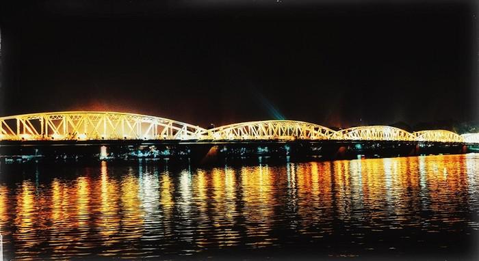Cây cầu Tràng Tiền về đêm cũng là điểm đến hấp dẫn nhiều người. Tỏa sáng cả một vùng trời trên dòng sông Hương thơ mộng, cây cầu là biểu tượng nổi tiếng của thành phố cùng với hình ảnh chiếc nón bài thơ.
