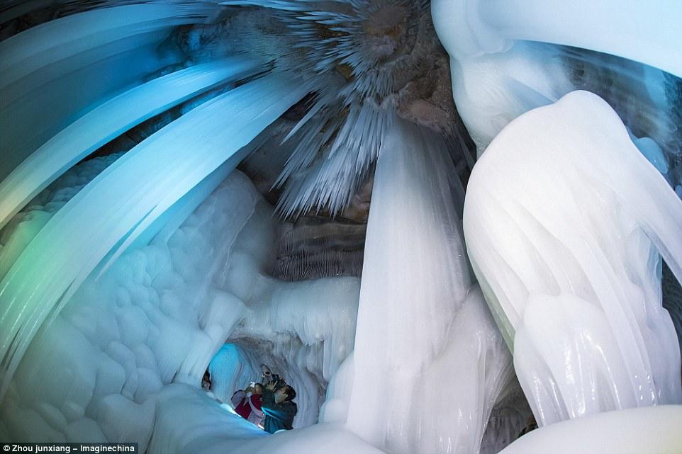Động Luyashan có cấu trúc hoàn toàn là băng đá nằm ở núi Luyashan, Ninh Vũ, Trung Quốc. Đây cũng là động băng lớn nhất ở Trung Quốc, với hình dáng giống như phiên bản cung điện băng của Elsa (nhân vật phim hoạt hình Frozen của hãng Disney).