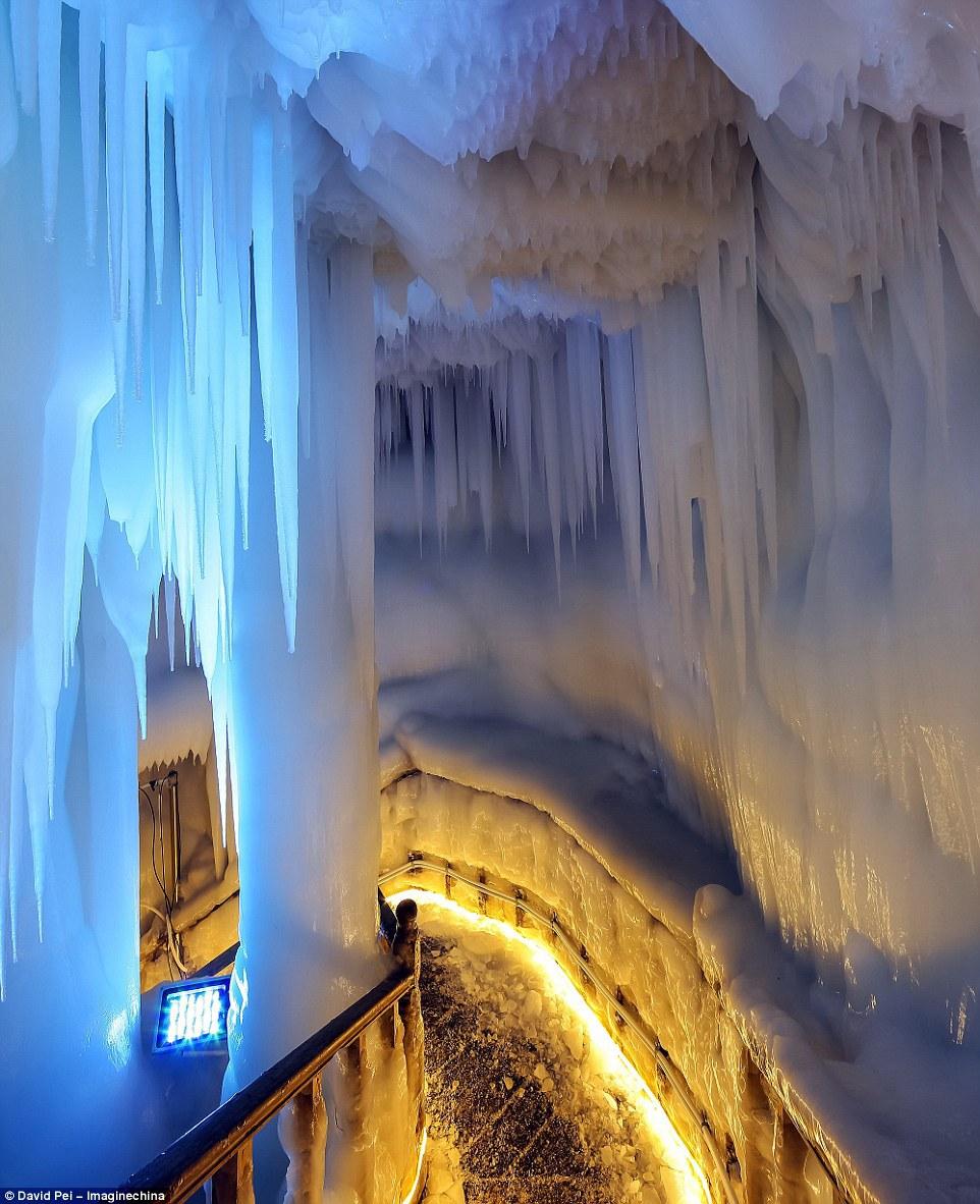 Bên trong động Luyashan sâu gần 85 m, chia thành 5 tầng và mỗi tầng có thể chứa được hàng chục khách.