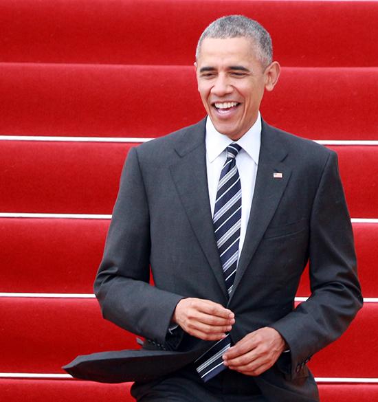 Ít phút sau, Tổng thống Obama bước xuống sân bayTân Sơn Nhấttrong chiếc áo sơ mi trắng, vest đen. Ông tươi cười vẫy tay chào mọi người đang đón ở sân bay.