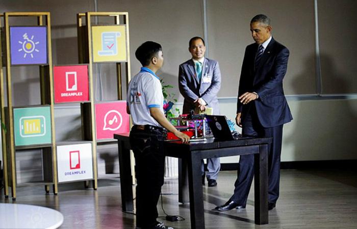 Trong một giờ giao lưu, Tổng thống Obama đã hoàn toàn chinh phục hơn 100 doanh nhân, doanh nghiệp có mặt tại không gian khởi nghiệp Dreamplex khi trực tiếp giữ vai trò dẫn dắt cuộc trò chuyện với 3 doanh nhân trẻ tiêu biểu của Việt Nam.