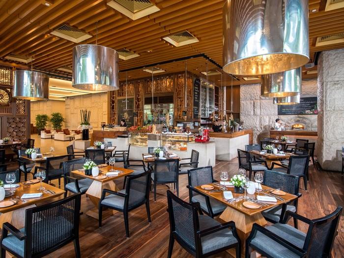 Ngoài ra, khách sạn còn cung cấp nhà hàng sang trọng, các dịch vụ chăm sóc sức khỏe như câu lạc bộ thể hình, sân tập yoga... cho du khách