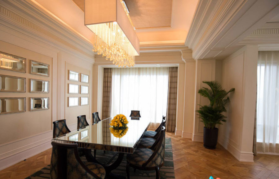 Trong phòng có sẵn bàn ăn để tổng thống có thể ăn sáng ngay tại phòng, nhằm đảm bảo an ninh và riêng tư.