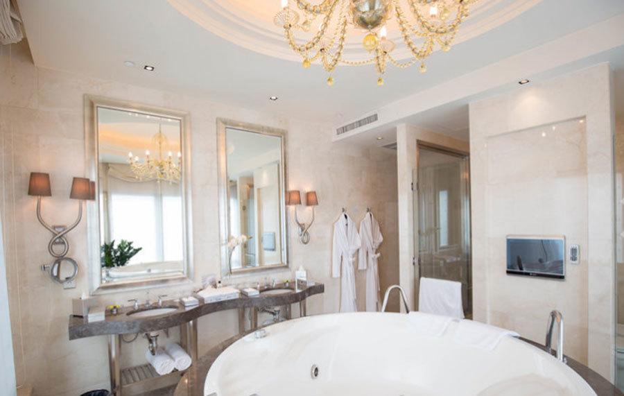 Phòng vệ sinh được thiết kế với tông màu sáng, gợi cảm giác sạch sẽ nhưng không kém phần sang trọng