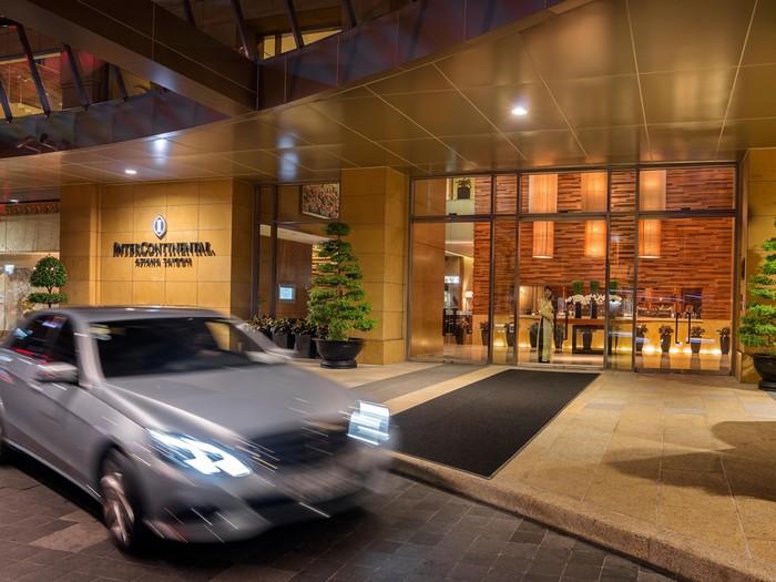 Khách sạn Intercontinental Asiana Saigon tọa lạc ở ngay ngã tư Lê Duẩn và Hai Bà Trưng, quận 1.
