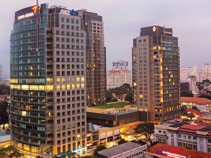 Vị trí của khách sạn được đánh giá là đắc địa, khi nó nằm ở trung tâm thành phố, gần nhà thờ Đức Bà và nhà hát lớn.