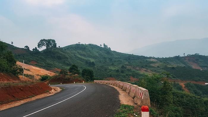 Hành trình tới hồ Tà Đùng không quá khó khăn. Sau khi đến thị xã Gia Nghĩa, bạn đi thêm đoạn đường dài khoảng 48 km men theo quốc lộ 28 là đến được hồ.