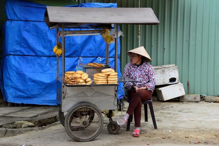 Lang thang trên đường bắt gặp xe đẩy bán bánh ngọt