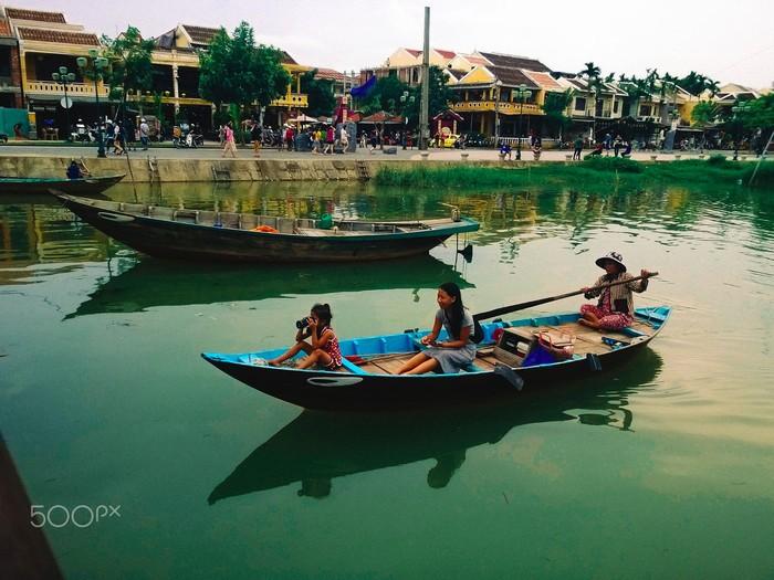 Lênh đênh ngồi thuyền ngắm cảnh Hội An trên sông Hoài