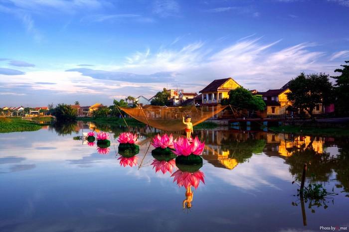 Dòng sông Hoài rự rỡ sắc màu ngày lễ Vu Lan