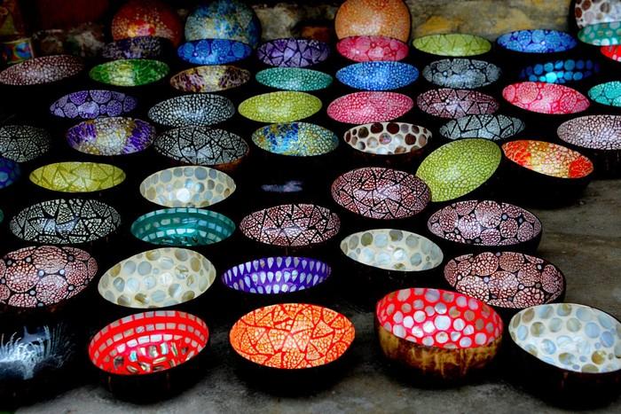 Những chiếc bát từ gốm được trang trí đủ màu sắc