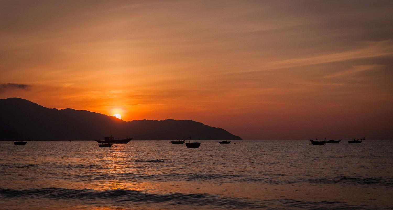 Khung cảnh bình minh rực rỡ ở bãi biển