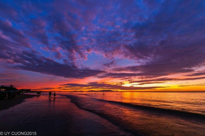 Bạn đừng vội tắm biển khi mặt trời chưa giấc mà hãy thong thả đi dạo ngắm cảnh nhé