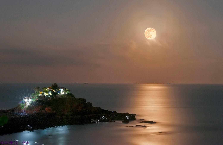 Buổi tối bạn có thể ngắm trăng đẹp kỳ ảo, huyền diệu và không nên tắm biển nhé