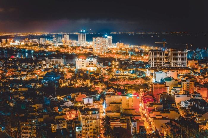 Sau 7 giờ tối bạn hãy dành thời gian rong chơi ở thành phố, khám phá vẻ đẹp lung linh của những tòa nhà khi đã lên đèn nhé