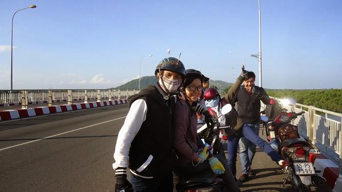 Hay vi vu bằng xe máy để thưởng ngoạn vẻ đẹp trên đường
