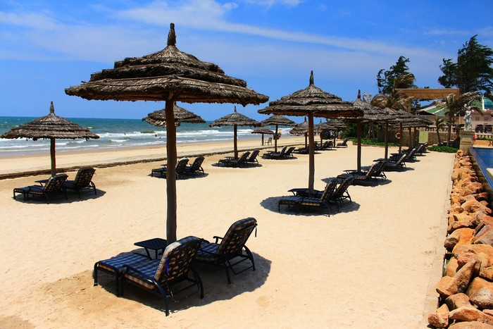 Những khách sạn ven biển sẽ rất thích hợp với những ai ưa thong dong dạo chơi trên bờ cát mịn