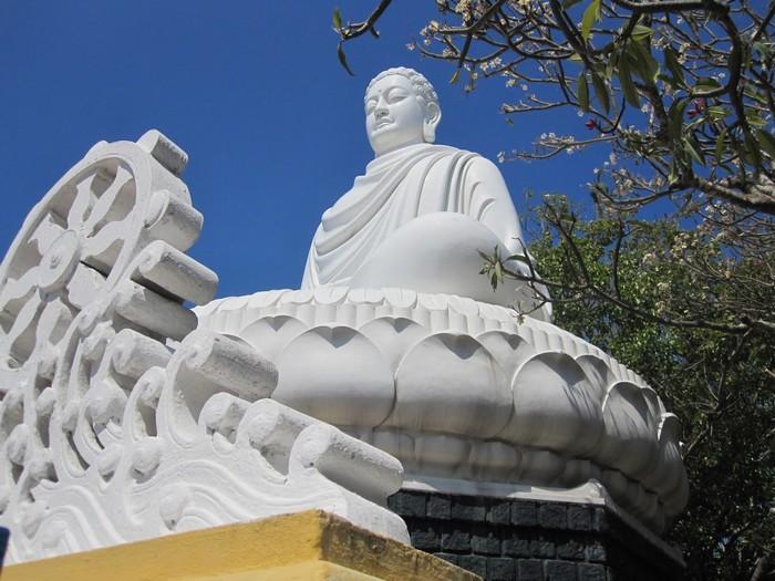 Đó là Thích Ca Phật Đài uy nghiêm bên sườn núi Lớn