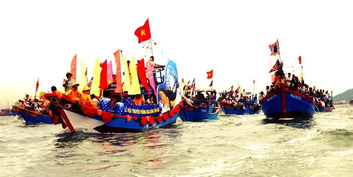 Những con thuyền treo cờ hoa đến từ khắp mọi miền
