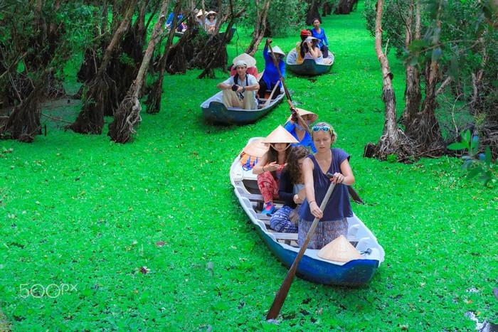 Du khách có thể tự mình chèo thuyền