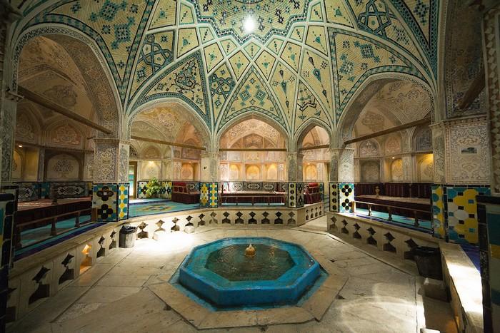 Nhà tắm có sảnh hình bát giác với hồ bơi chính giữa, bao quanh bởi 8 cây cột chia cắt thành các khu vực khác nhau. Từ thời cổ đại, nhà tắm công cộng đã đóng vai trò quan trọng trong đời sống xã hội của người Iran và vẫn được duy trì cho tới ngày nay.