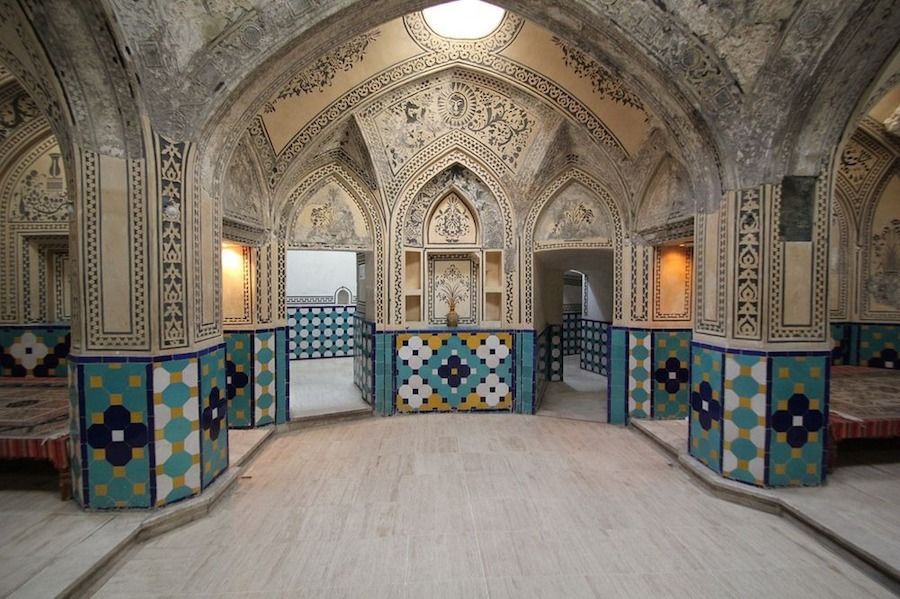 Các phòng tắm riêng được gọi là Garmkhaneh, kết nối bởi những hành lang uốn lượn nhằm giảm việc mất nhiệt và độ ẩm giữa các khu vực