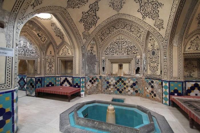 Nhà tắm công cộng đã xuất hiện từ những ngày đầu tiên của đạo Hồi, khi người dân quan niệm việc tẩy rửa cơ thể là phần tất yếu của đời sống tôn giáo.