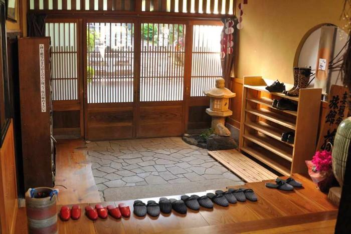 Cởi giày dép trước khi bước vào nhà được xem là một sự thân thiện và mến khách của bạn dành cho người Nhật khi bước vào căn nhà của họ