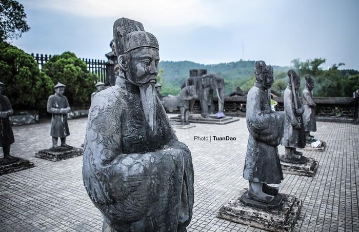 Các tượng ở lăng được làm bằng chất liệu đá quý hiếm, tạc kỳ công và đều có khí sắc.