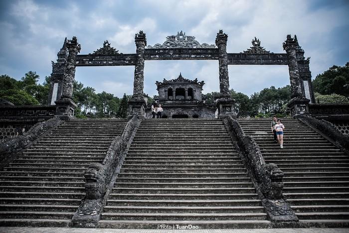Du khách sẽ đi qua cổng chào uy nghiêm gồm 37 bậc cầu thang với thành được đắp các tượng rồng lớn lên tới sảnh ngoài.