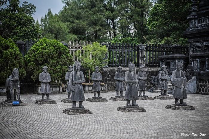Từ đó leo tiếp 29 bậc nữa để lên đến sân bái đình, nơi đặt các tượng đá hình quan văn, quan võ, lính túc vệ và tượng binh đối xứng hai bên.