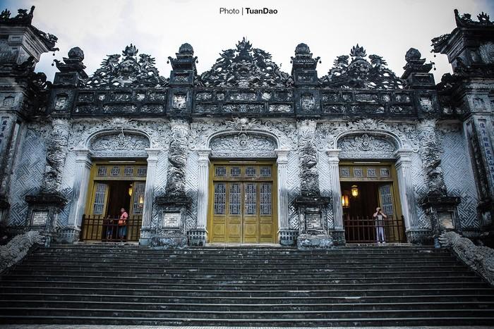 Từ sân chầu đi tiếp 15 bậc thang nữa đến điện Khải Thành được xây dựng cầu kỳ, hòa trộn nhiều phong cách kiến trúc khác nhau.