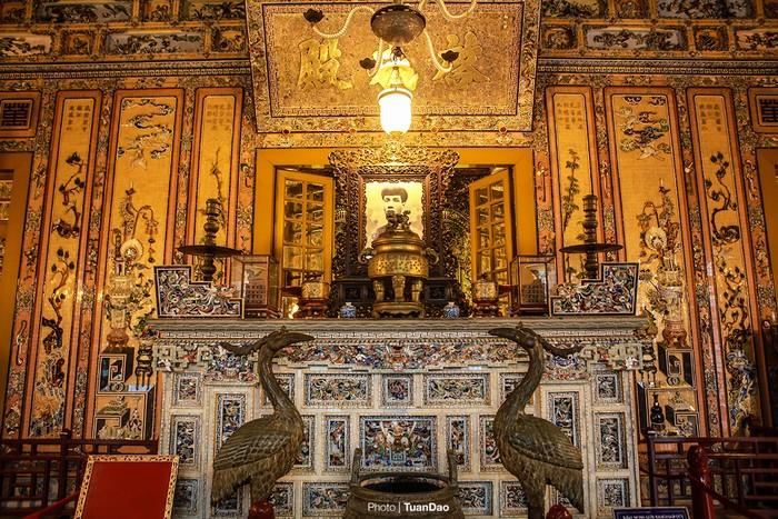 Không gian sảnh ngoài ở điện là nơi thắp hương và để ảnh của nhà vua, nổi bật là các điện tường phẳng được trang trí dày đặc bằng nghệ thuật khảm kính sứ. Cùng với tranh trên tường, dưới nền lát gạch men hoa và trên trần vẽ Cửu long ẩn hiện trong mây.