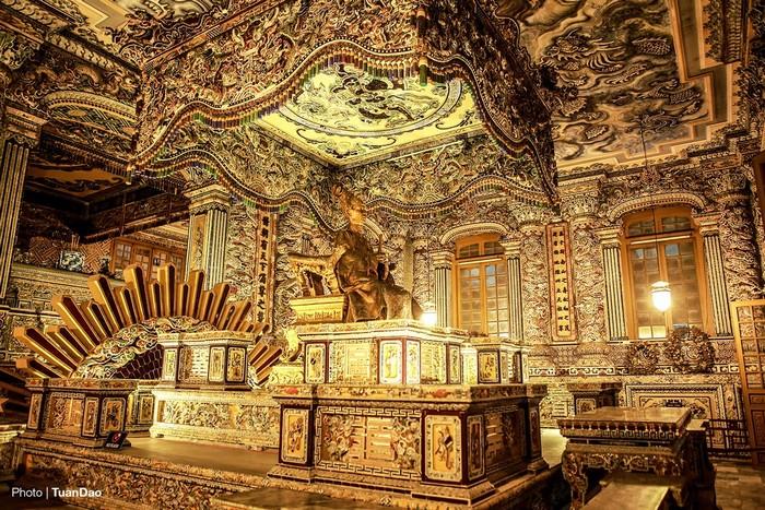 Phòng sau của điện Khải Thành là chính tẩm có đặt tượng vua Khải Ðịnh được đúc tại Pháp năm 1920, mộ phần ở phía dưới. Trong cùng là khán thờ với bài vị của vị vua quá cố.
