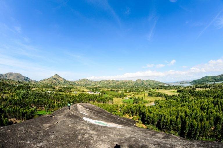 Từ đỉnh đá Voi Mẹ ngắm nhìn biển rừng bạt ngàn