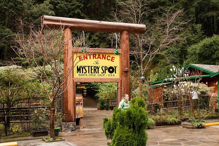 Entrance To Mystery Spot ở California - nơi không trọng lực