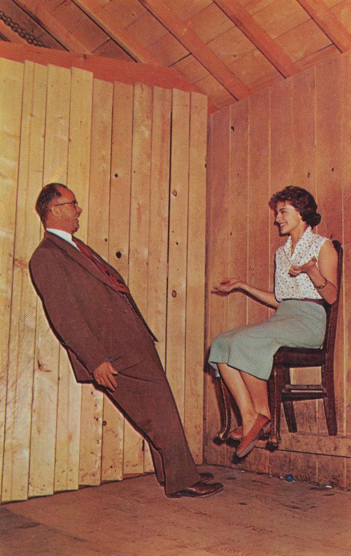 Ngổi trên chiếc ghế có hai chân lơ lửng giữa không trung ở nhà Thánh