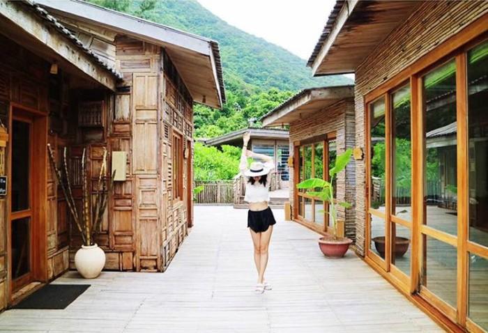 Hay những ngôi làng tái hiện đủ đầy khung cảnh làng quê Việt - Ảnh: