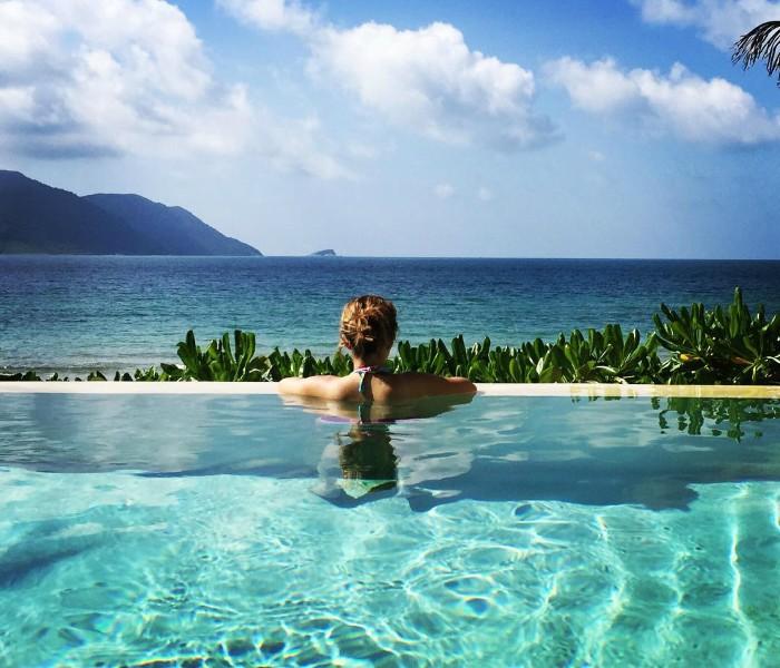 Nhiều người lại thích ngụp lặn trong làn nước mát lành khu hồ bơi thiết kế mở và ngắm biển trời Côn Đảo
