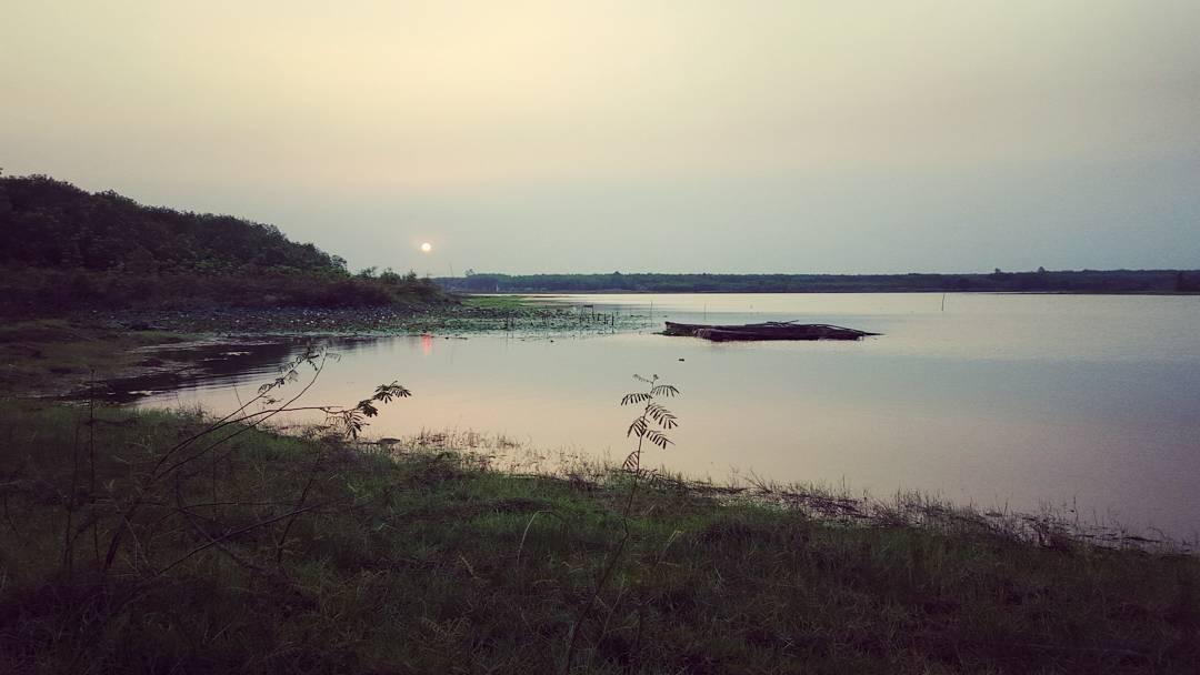 Hoàng hôn trên hồ Suối Giai