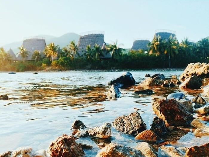 Với những mái chòi mang kiểu dáng nhà Rông Tây Nguyên - Ảnh: vietnamtravelbusiness