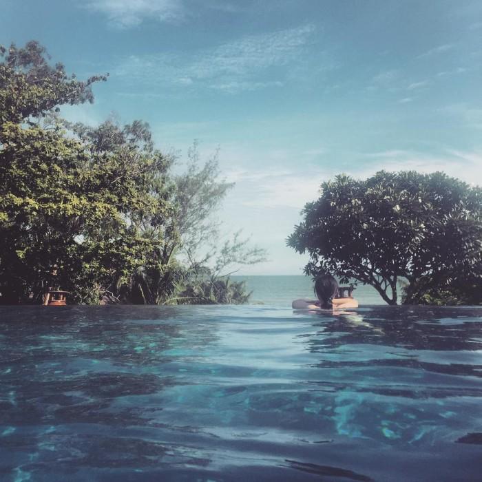 Lặng giữa an yên hồ bơi- Ảnh: zsy98