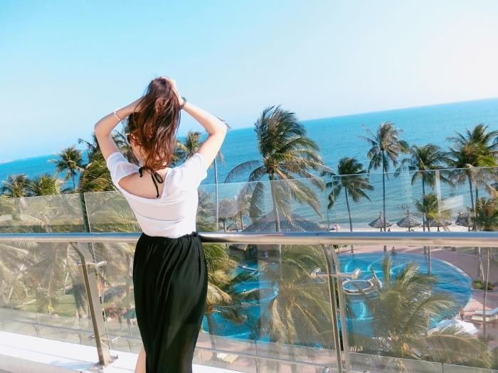 Ngắm biển và hồ bơi từ khách sạn- Ảnh: sutran16