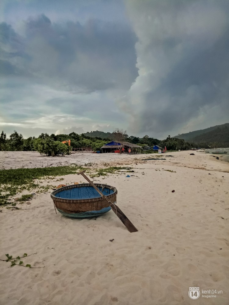Nhờ một chủ thuyền nhỏ, thế là chúng tôi lại được đưa ra những bãi tắm ngay giữa đại dương, hoang sơ không một bóng người và cũng mênh mông đến ngợp.