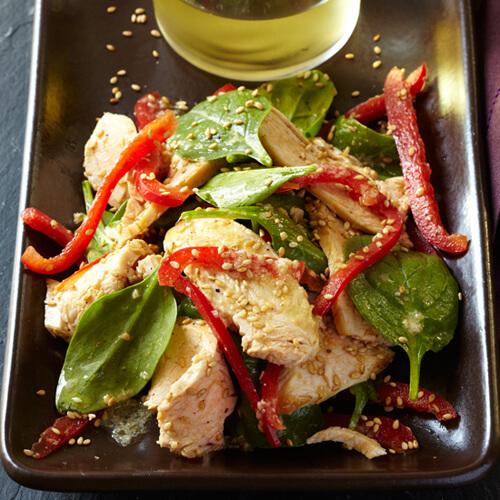 Là một tín đồ của rau, thực đơn của Barack Obama thường có salad. Thêm một món salad yêu thích của tổng thống là ức gà ăn kèm rau bina, vừng và ớt đỏ.