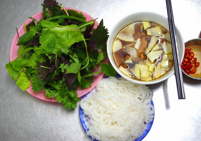 Tọa lạc trên đường Lê Văn Hưu, ngay gần giao cắt với đường Thi Sách, thuộc quận Hai Bà Trưng, Hà Nội, quán Hương Liên nổi tiếng với món bún chả từ 23 năm qua.